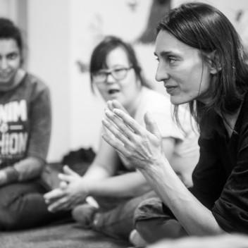 Bez Dystansu – Cykl dyskusji w Dobrej Kawiarni – spotkanie z Justyną Wielgus i Ewą Machnio z Teatru 21